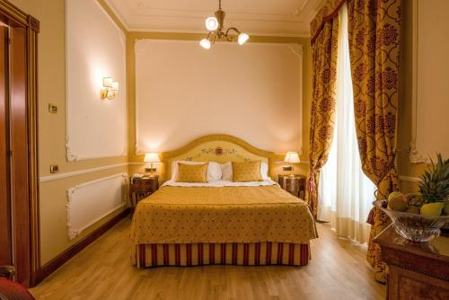 A bed or beds in a room at Grand Hotel Wagner