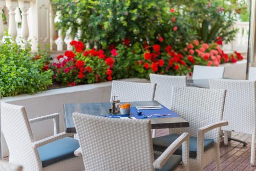 Een restaurant of ander eetgelegenheid bij Apartamentos Siesta I