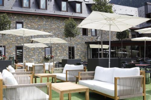 A restaurant or other place to eat at Hotel Vilagaros