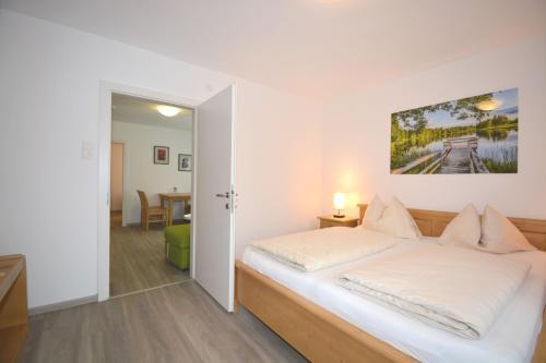 Кровать или кровати в номере Landhotel Post Ebensee am Traunsee ***S
