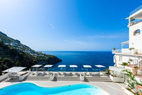 A view of the pool at Grand Hotel Tritone or nearby