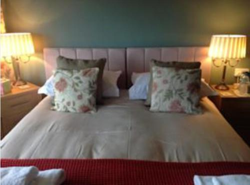 A bed or beds in a room at Yacht Bay View