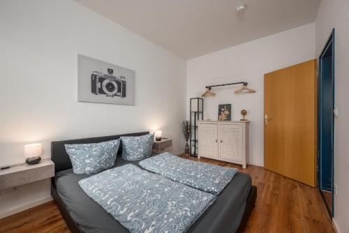 A bed or beds in a room at Erlebnisort Südvorstadt