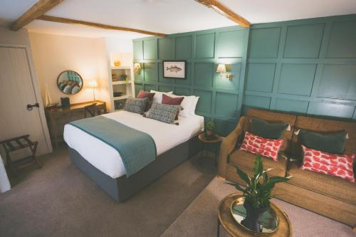 A bed or beds in a room at Bayards Cove Inn