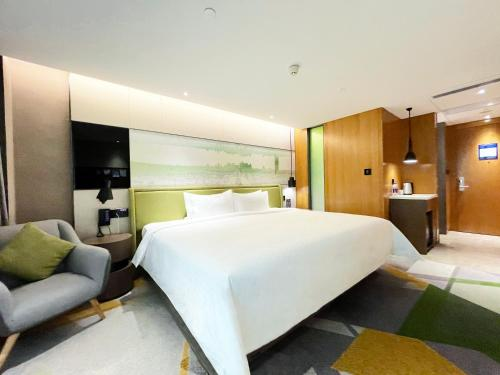 A bed or beds in a room at Hampton by Hilton Guangzhou Tianhe Sports Center