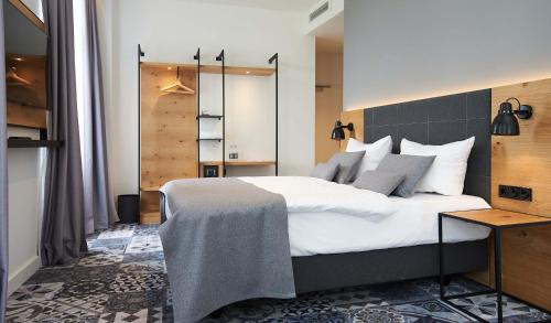 A bed or beds in a room at Coffee Fellows Hotel Dortmund