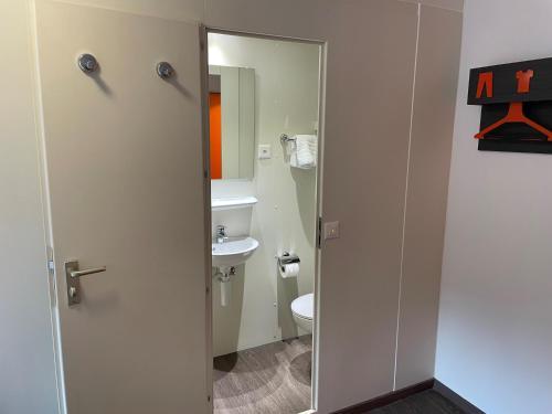 A bathroom at easyHotel Zürich Limmatplatz