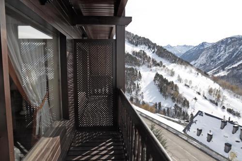A balcony or terrace at Apartarent La Pleta y Nin Cota 1700