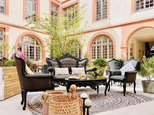 A seating area at La Cour des Consuls Hotel and Spa Toulouse - MGallery