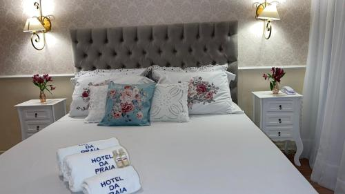 A bed or beds in a room at Hotel da Praia