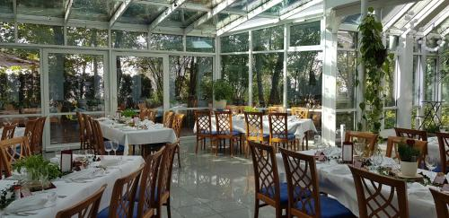 A restaurant or other place to eat at Albhotel Fortuna