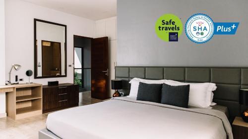 Кровать или кровати в номере Utopia Naiharn - SHA Plus