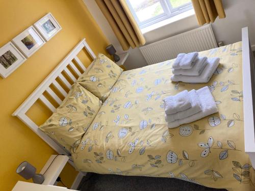 A bed or beds in a room at The Sun B&B Rooms