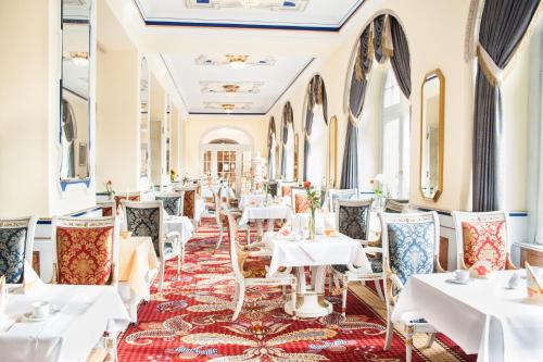 A restaurant or other place to eat at Häcker´s Grand Hotel