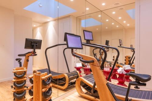 The fitness center and/or fitness facilities at Hotel Yllen Eiffel