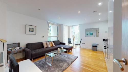 A seating area at Spacious Serviced Apartments Canary Wharf