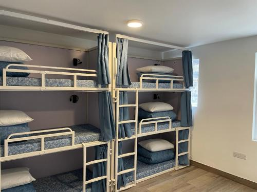Un ou plusieurs lits superposés dans un hébergement de l'établissement Smart Camden Inn Hostel