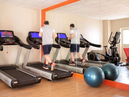 The fitness centre and/or fitness facilities at Mercure Rambouillet Relays Du Château