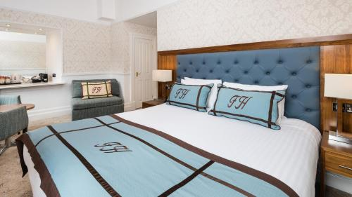 A bed or beds in a room at Fisher's Hotel