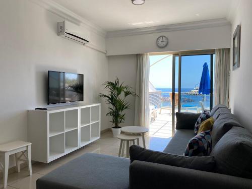 Zona de estar de Billy's Beachfront Apartment with pool access