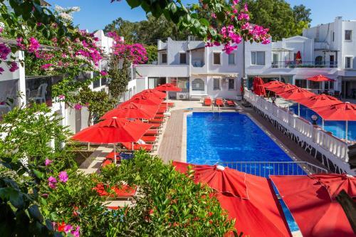 Uitzicht op het zwembad bij The Hello Hotel of in de buurt