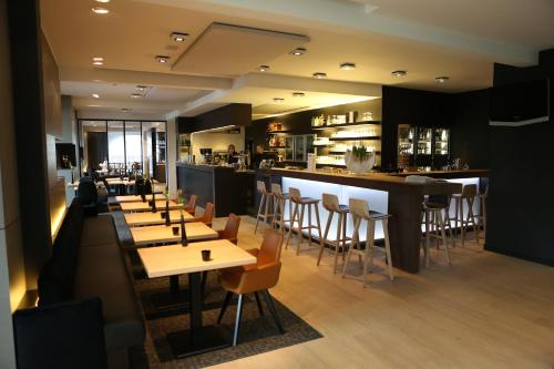 A restaurant or other place to eat at Ariane Hotel