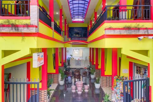 A restaurant or other place to eat at OYO 3418 Penginapan May Lindon Syariah