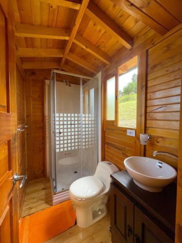 A bathroom at Glamping Aventura Park Villa De Leyva La Periquera