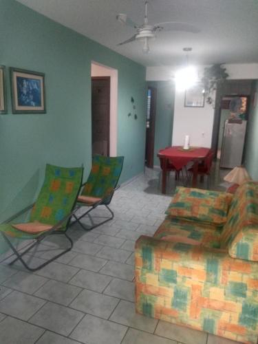 Uma área de estar em Casa 50 mts da praia Caravelas PR com ventiladores
