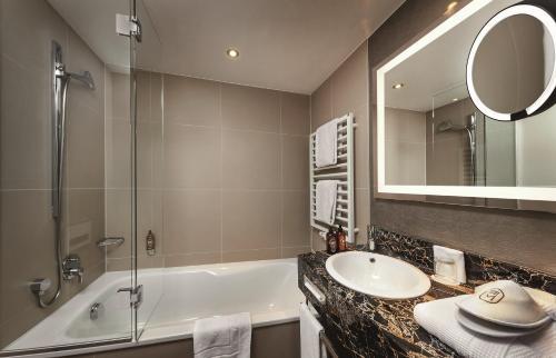 A bathroom at Hotel Maximilian's