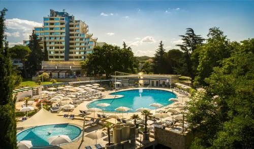 Ein Blick auf den Pool von der Unterkunft Hotel Valamar Diamant oder aus der Nähe