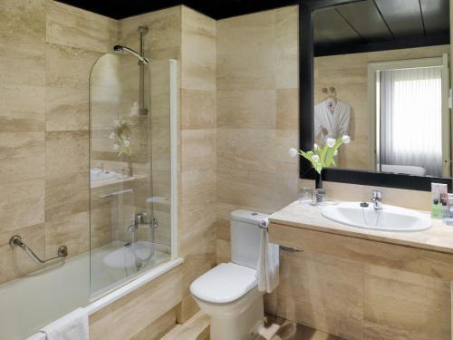 A bathroom at Boutique Hotel H10 Montcada