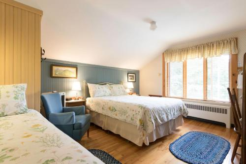 A bed or beds in a room at Auberge Le Lupin B&B