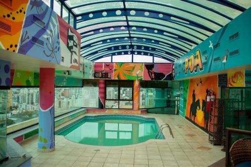 A piscina localizada em Blue Tree Towers Millenium Porto Alegre ou nos arredores