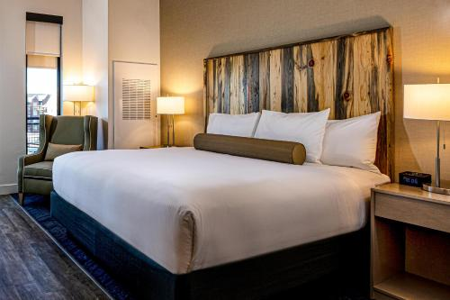 A bed or beds in a room at Hotel Maverick