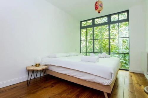 A bed or beds in a room at Cosy 2 Bedroom Flat with Great Outdoor Balcony