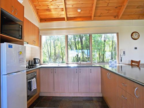 A kitchen or kitchenette at ARCHIES BEACHSIDE ABODE - PET FRIENDLY (OUTSIDE ONLY)