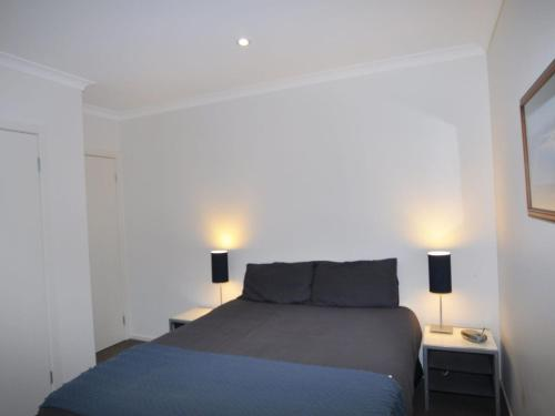 A bed or beds in a room at SANDPIPER 3 - CLOSE TO BEACH AND TOWN