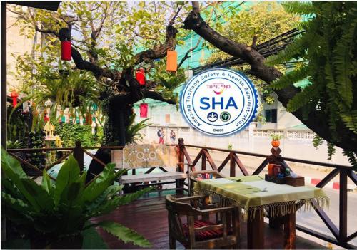 Ein Restaurant oder anderes Speiselokal in der Unterkunft Baan Huenphen