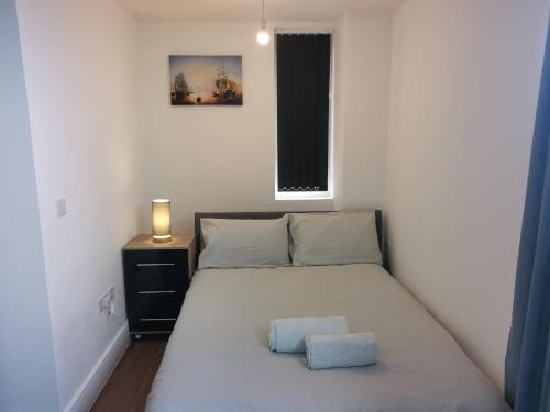 A bed or beds in a room at Modern studio in the heart of Maidstone