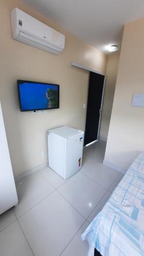 Uma TV ou centro de entretenimento em Ocean Suítes