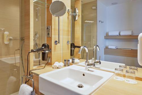 A bathroom at H+ Hotel Salzburg