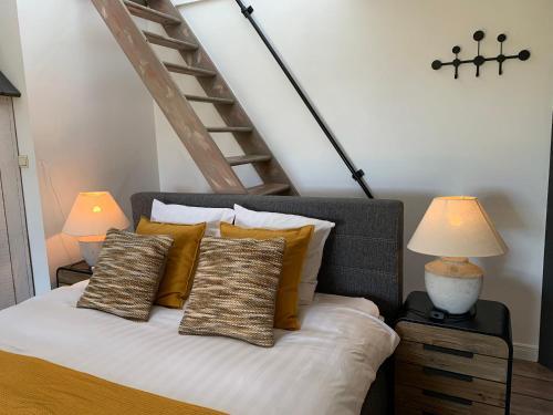 A bed or beds in a room at B&B De Joker
