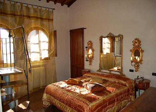 A bed or beds in a room at Residenza D'epoca Il Biribino