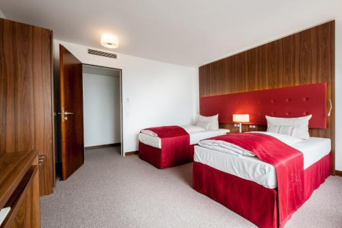 A bed or beds in a room at Fora Hotel Hannover