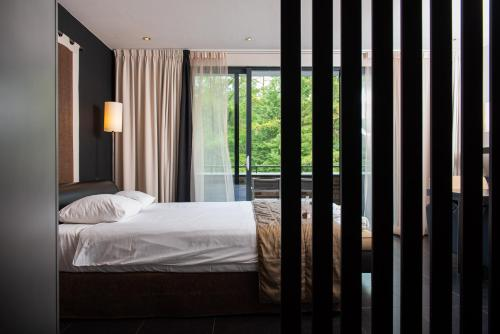 Een bed of bedden in een kamer bij Hotel de Echoput