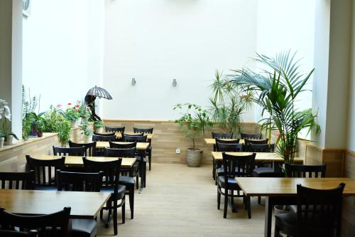 A restaurant or other place to eat at Hotel Münchner Hof