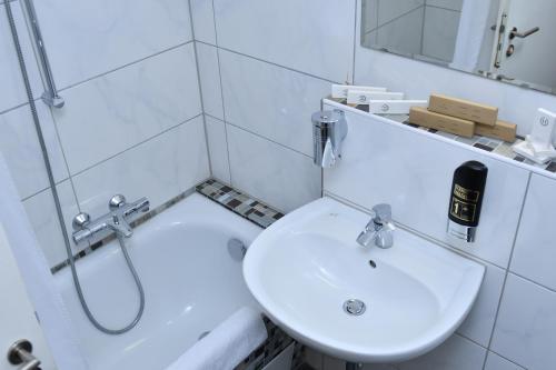 A bathroom at Hotel Münchner Hof