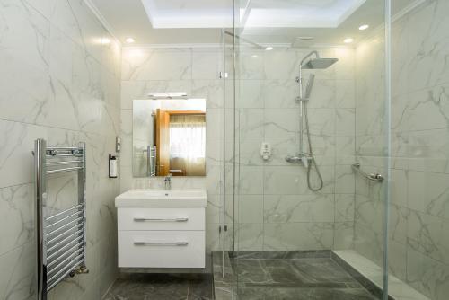 A bathroom at Marmara Hotel Budapest