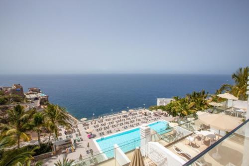 Uitzicht op het zwembad bij Hotel Altamar of in de buurt